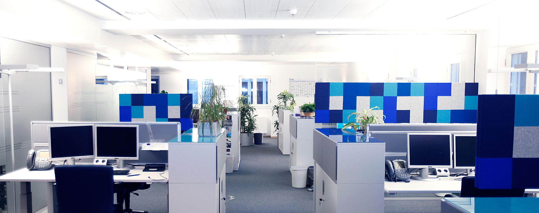 Der Raum behält sein durchlässiges Konzept, wirkt durch die frischen Farben sogar noch belebter.