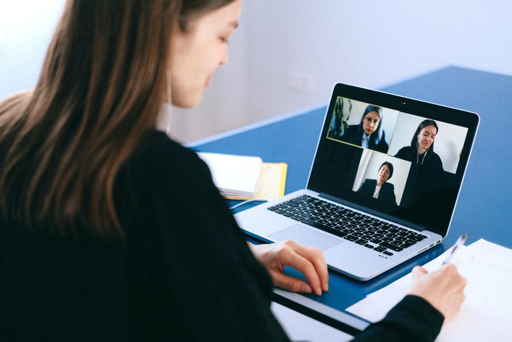 Videokonferenz-Software benachteiligt weibliche Stimmen. Abbildung: Anna Shvets, Pexels