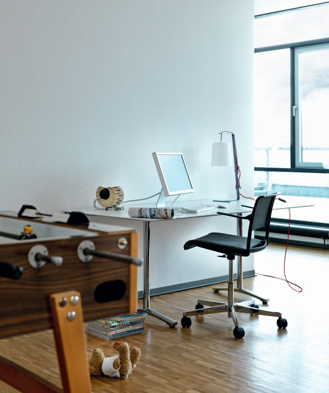 Das kompakte Tischmaß 140cm x 70cm findet fast überall Platz. Tisch und Stuhl Programm Aline, Design: Andreas Störiko. Abbildung: Wilkhahn