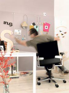 Dreidimensionale Bewegung beim Sitzen ist im kleinen Home-Office das A+O. Bürostuhl ON, Design: wiege. Abbildung: Wilkhahn