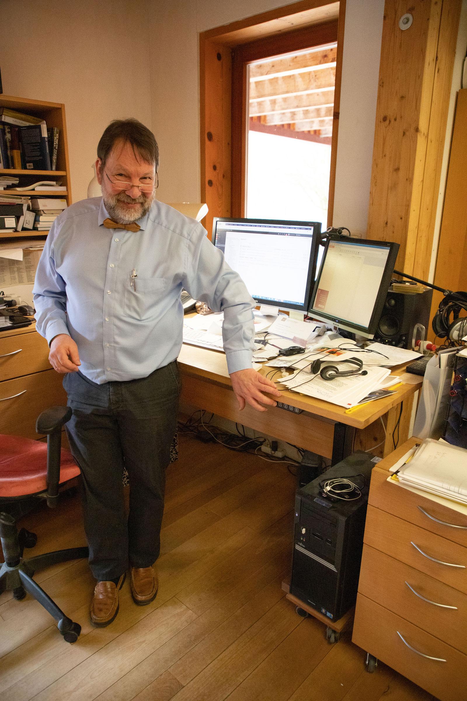 Herwig Danzer und sein eigener höhenverstellbarer Schreibtisch mit der Hubsäule DL1. Abbildung: Linak