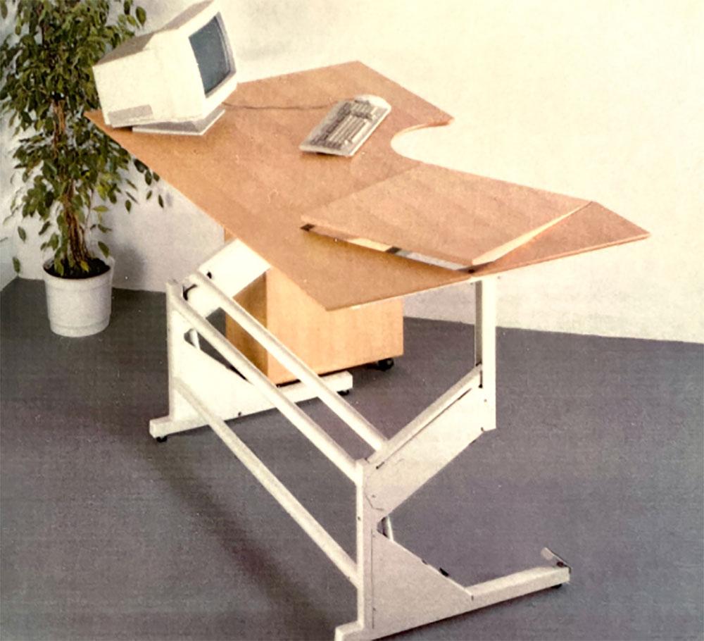Höhenverstellbarer Schreibtisch mit Parallelogramm-Design aus den frühen 1990er Jahren – mit Linak-Technik. Abbildung: Linak.