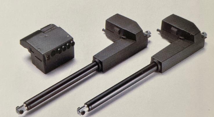 Der Linearaktuator LA31 mit der Steuerung CB9 dient als technische Grundlage für elektrisch höhenverstellbare Schreibtische. Abbildung: Linak.