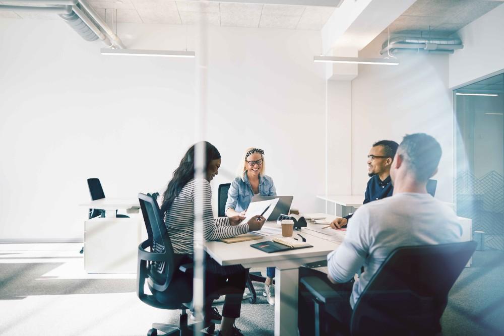 Volle Konzentration dank sauberer Raumluft: Eine gute Luftqualität wirkt sich positiv auf die Konzentration und Gesundheit von Büroangestellten aus. Abbildung: Camfil
