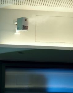 Die mikrofeinen Wasseraerosole der Luftbefeuchter verteilen sich fast unsichtbar direkt im Raum. Abbildung Condair Systems.