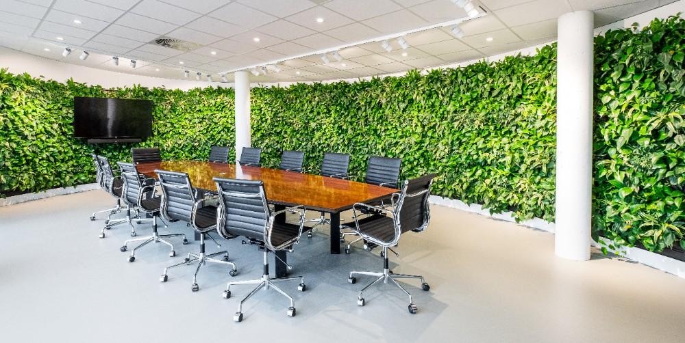 Der Begrünung in Bürolandschaften ist kaum eine Grenze gesetzt, wie hier im Konferenzraum der Mobilane-Zentrale. Abbildung: Mobilane