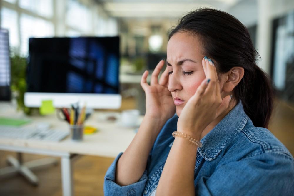 Temperatur, Luftfeuchtigkeit und Luftqualität haben einen entscheidenden Einfluss auf das Wohlbefinden und die Gesundheit von Mitarbeitern. Abbildung: Peoplecreations, Freepik