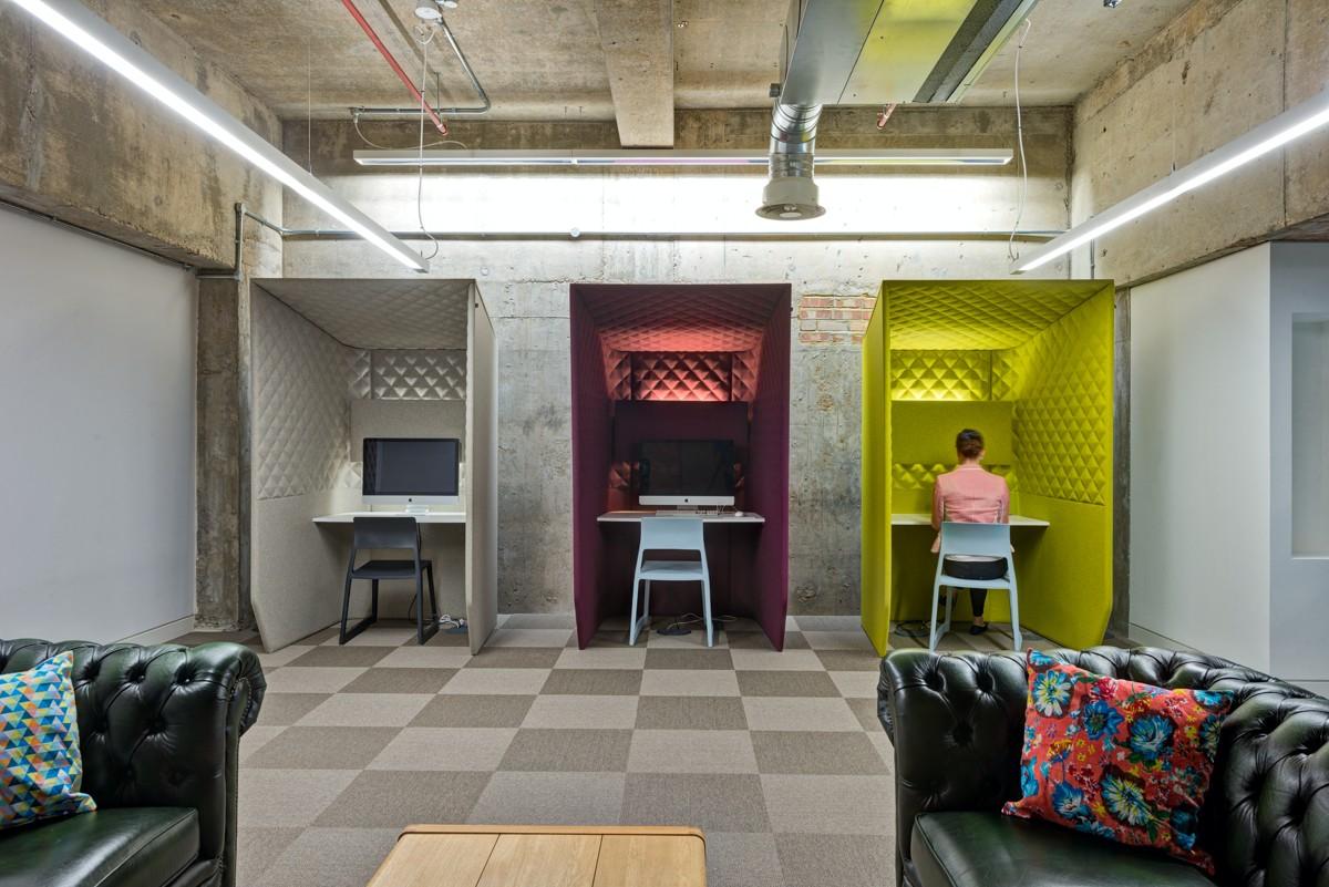 BrandOpus: Hinten Kabinen für Videokonferenzen, vorne gemütliche Sofas.
