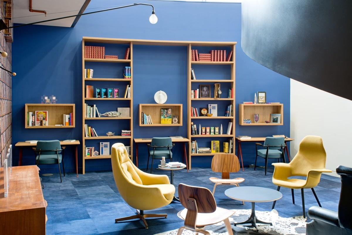 BrandOpus: Wohnzimmer im Retro-Style als Besprechungsecke.