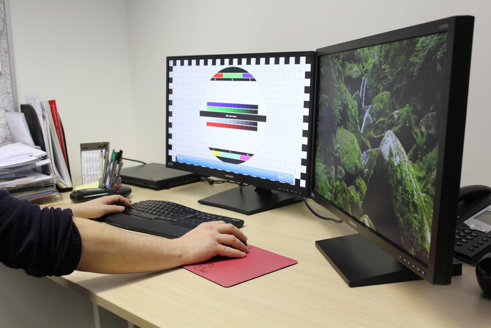 Die beiden Monitore S27E650C Curved (links) und S27E650X (rechts) von Samsung im Redaktionstest.