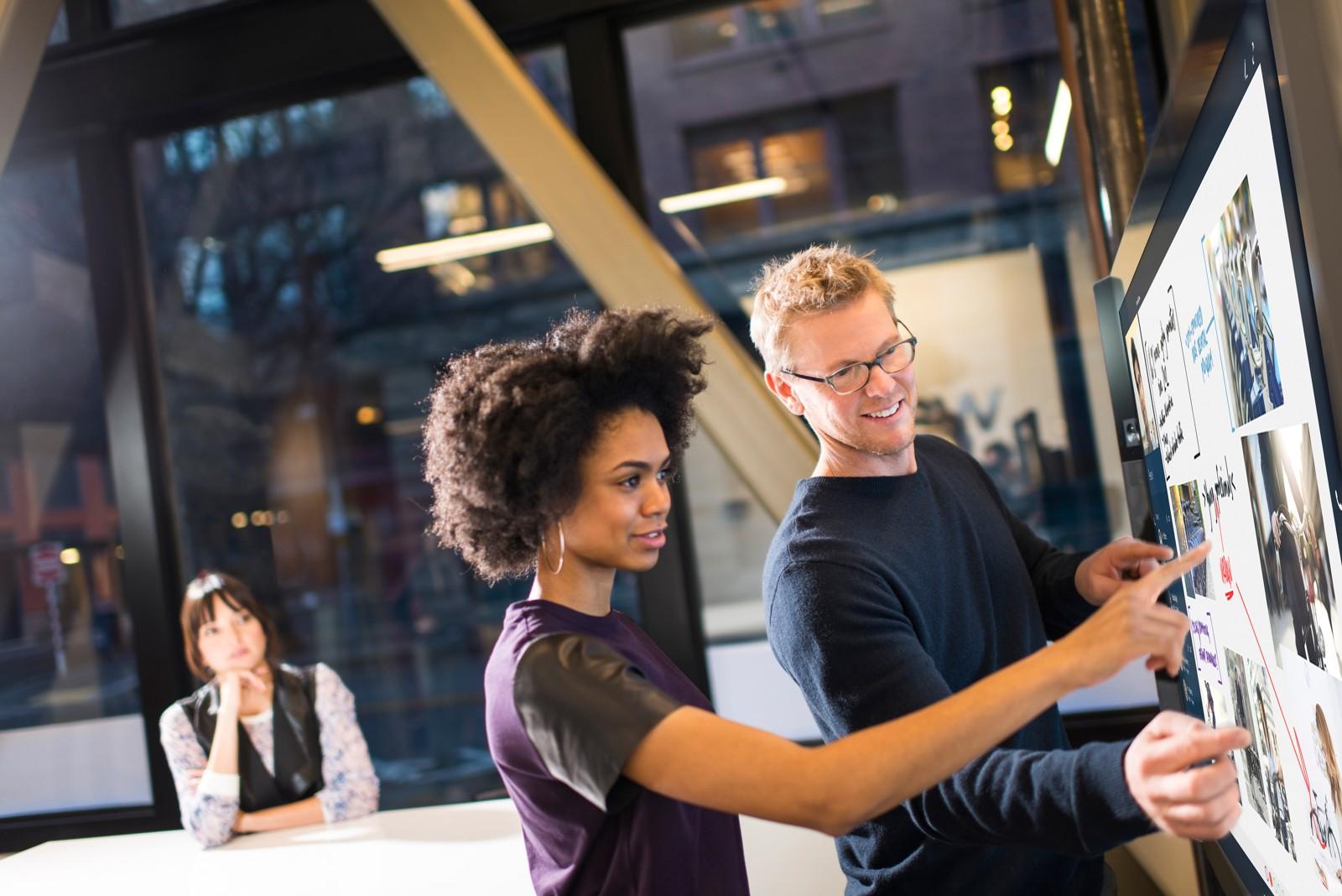 Smart – so sollen Büros heute sein. Denn smart – so sollen Knowledge-Worker heute arbeiten. Dr. Robert Nehring versucht eine Begriffsklärung von Smart Office, Smart Working, New Work und Büro 4.0.