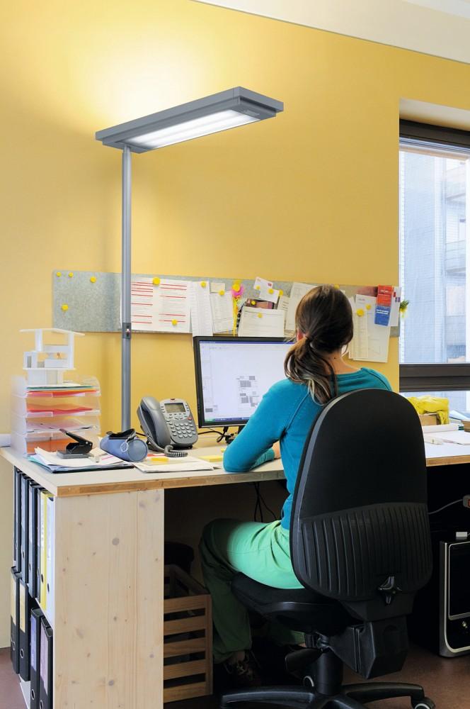 Die Stehleuchte ergänzt die Beleuchtung im Raum und sorgt am Schreibtisch für direktes Licht.