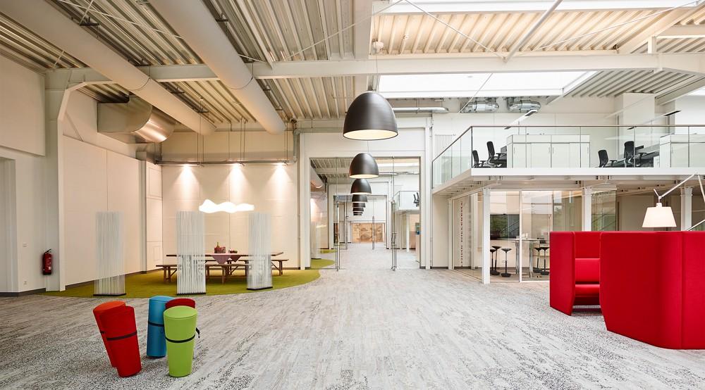 Zum Bürokonzept gehören vielfältig gestaltete Kommunikationsbereiche. Foto: Wortmann