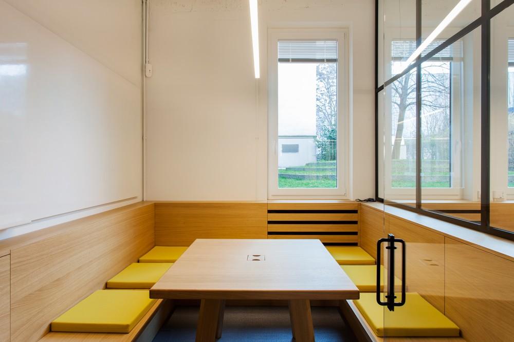 Konferenzraum mit Farbtupfern in Gelb.