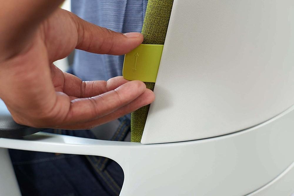 Nur drei Einstellungen werden über farblich hervorgehobene Bedienelemente an Sitzfläche und Rückenlehne getätigt.