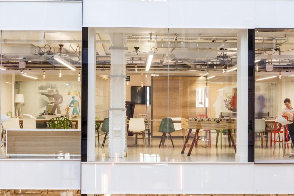 Blick durchs Atrium in einige der Besprechungsräume.
