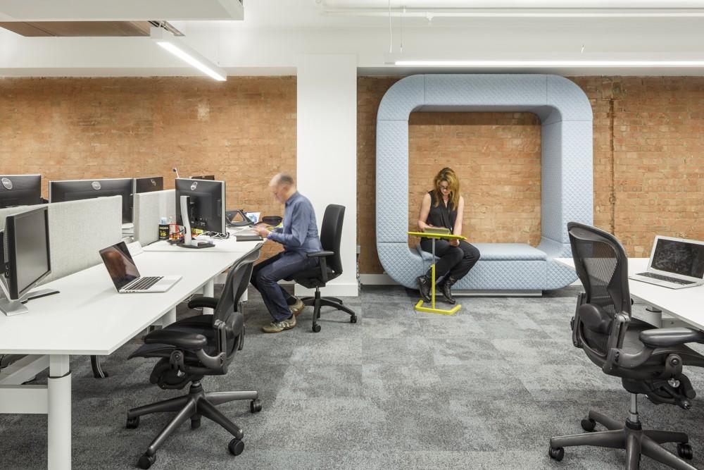 Kombination aus Schreibtisch- und Soft-Seating-Arbeitsplätzen.