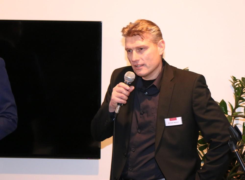 Mitveranstalter Michael Mattern, Marketing Manager bei Haworth, begrüßt die Teilnehmer.