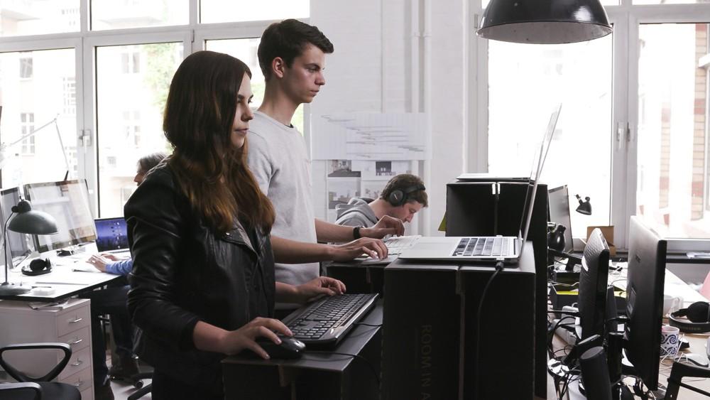 MonKey Desk ist ein Tischaufsatz, der bei Bedarf jeden Tisch zu einem Steharbeitsplatz macht.