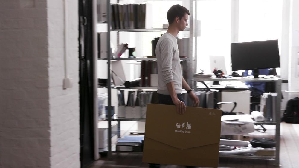 Der MonKey Desk ist aus Pappe und daher auch leicht zu transportieren.