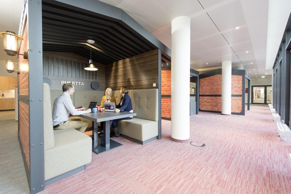 """Philips Headquarter: """"Historisches Hamburg"""" lautet das Thema dieser Besprechungsecke."""