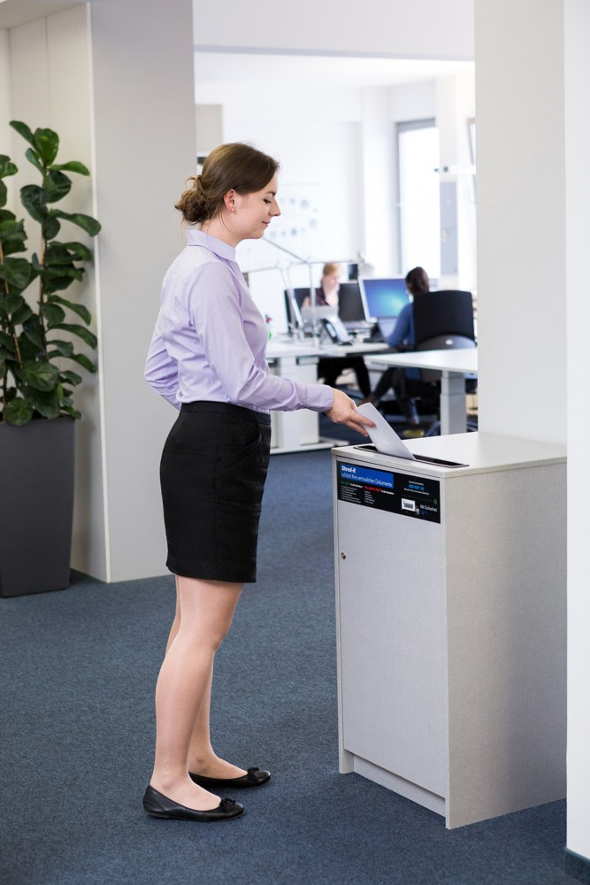 Vertrauliche Unterlagen und persönliche Korrespondenzen sollten nicht auf dem Schreibtisch liegen bleiben, sondern direkt vernichtet werden.