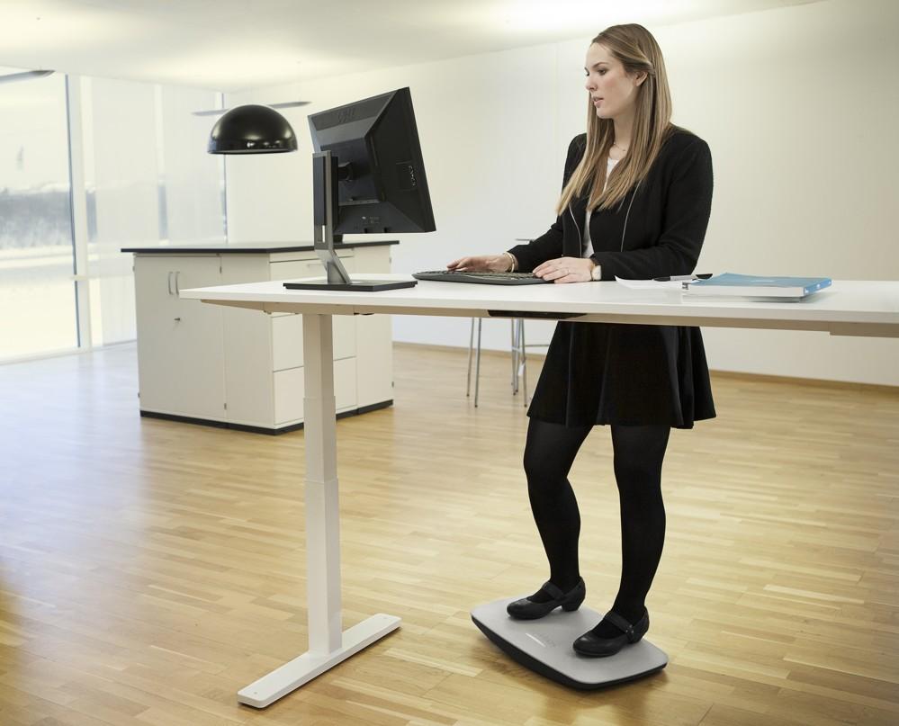 Die dänische Firma Steppie präsentiert ihre gleichnamige Balancierplatte. Mit Steppie kommt mehr Bewegung ins Stehen.