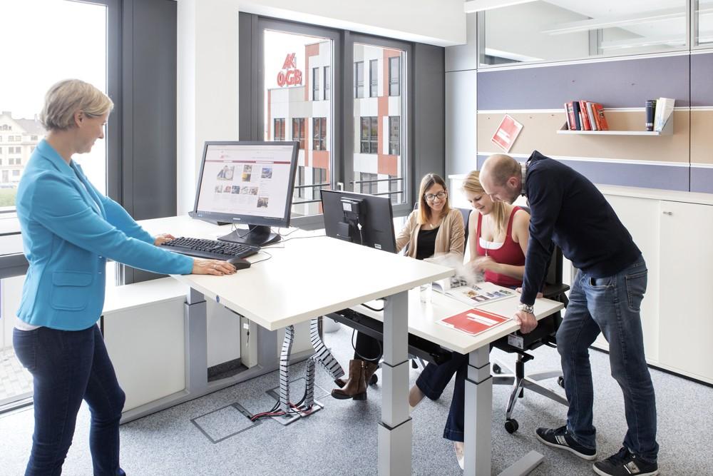 Dürfen bei der Arbeitskammer nicht fehlen: gesundheitsfördernde Sitz-Steh-Tische. Foto: M.O.O.CON/Walter Oberbramberger