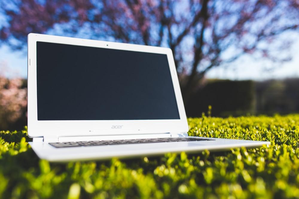 Im Sommer senkt ein nach draußen verlagerter Arbeitsplatz den Stresslevel.  Foto: Pixabay