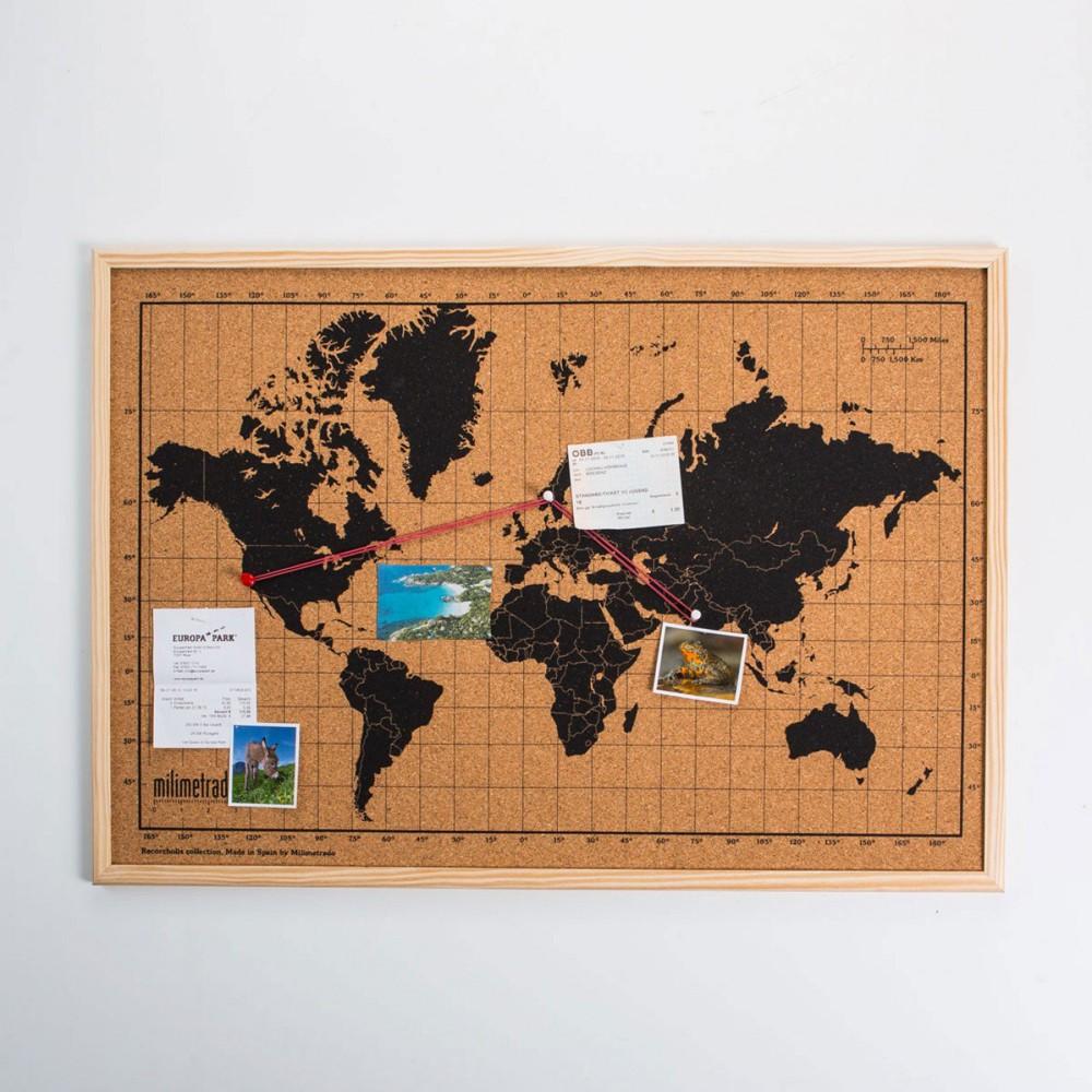 Pinnwand mit aufgedruckter Weltkarte.