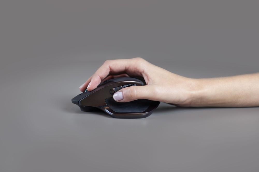 Bei der Maus Logitech Master liegt die ganze Hand auf  der Maus auf. Das schont die Gelenke und ermöglicht ergonomisches Arbeiten. Foto: Logitech