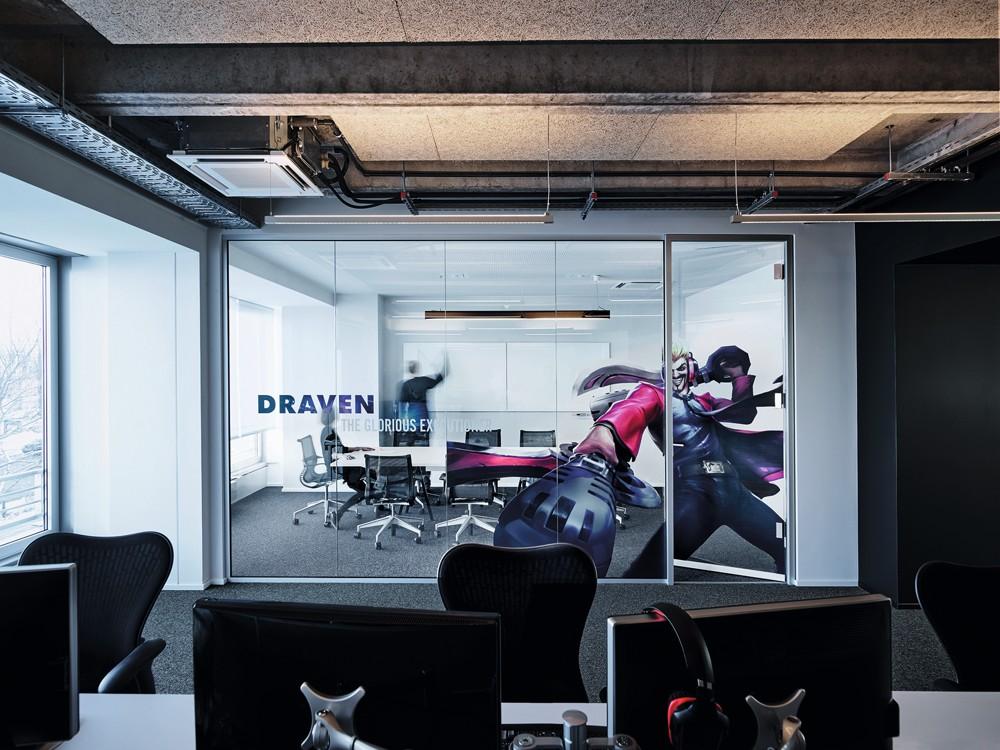 Die Meetingräume erhielten eine Glaswandgestaltung mit lebensgroßen Game-Motiven. Foto: Mark Seelen for de Winder