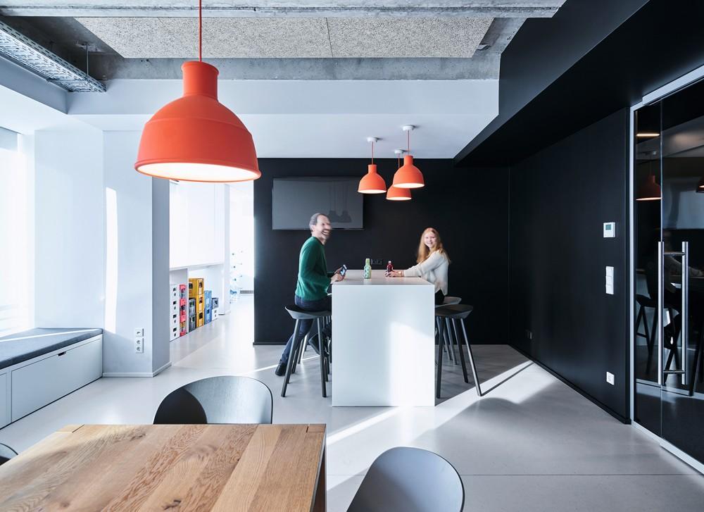 Coole Arbeitsplätze: Die Küche dient als kommunikativer Gemeinschaftsbereich. Foto: Mark Seelen for de Winder