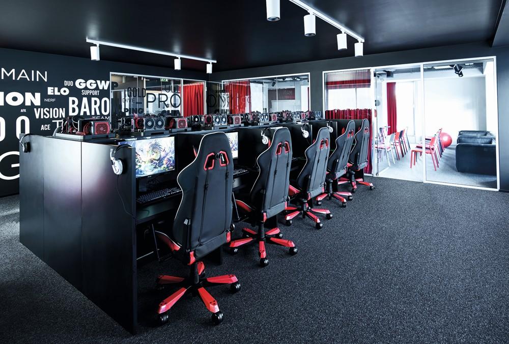 Die Players-Lounge mit den Computerkabinen bietet Platz für zwei Teams. Foto: Mark Seelen for de Winder