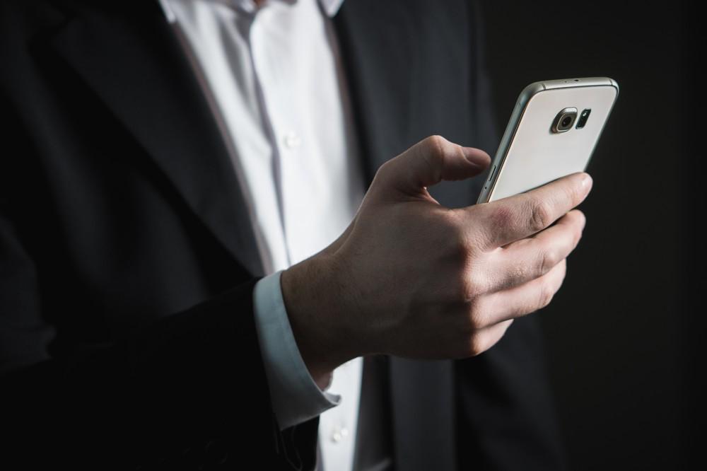 Die Benutzung eines Smartphones entschuldigt keine Rechtschreibfehler in einer E-Mail. Auch an mobilen Geräten lässt sich sorgfältig arbeiten.  Foto: Pixabay