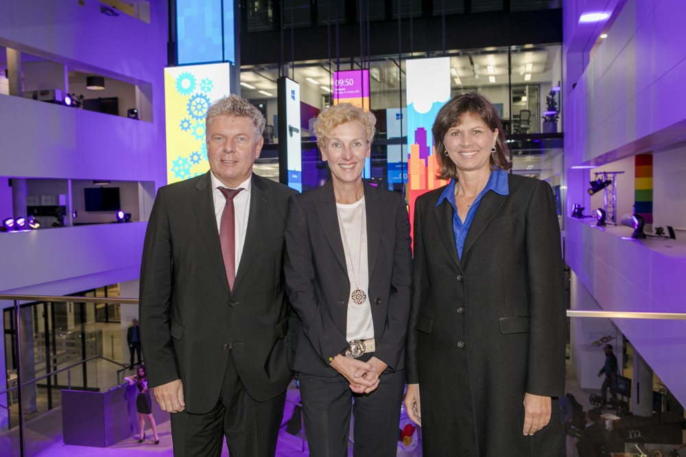 Gäste bei der offiziellen Eröffnung im Oktober: Münchens Oberbürgermeister Dieter Reiter und Bayerns Wirtschaftsministerin Ilse Aigner, hier mit Microsoft-Geschäftsführerin Sabine Bendiek. Foto: Microsoft