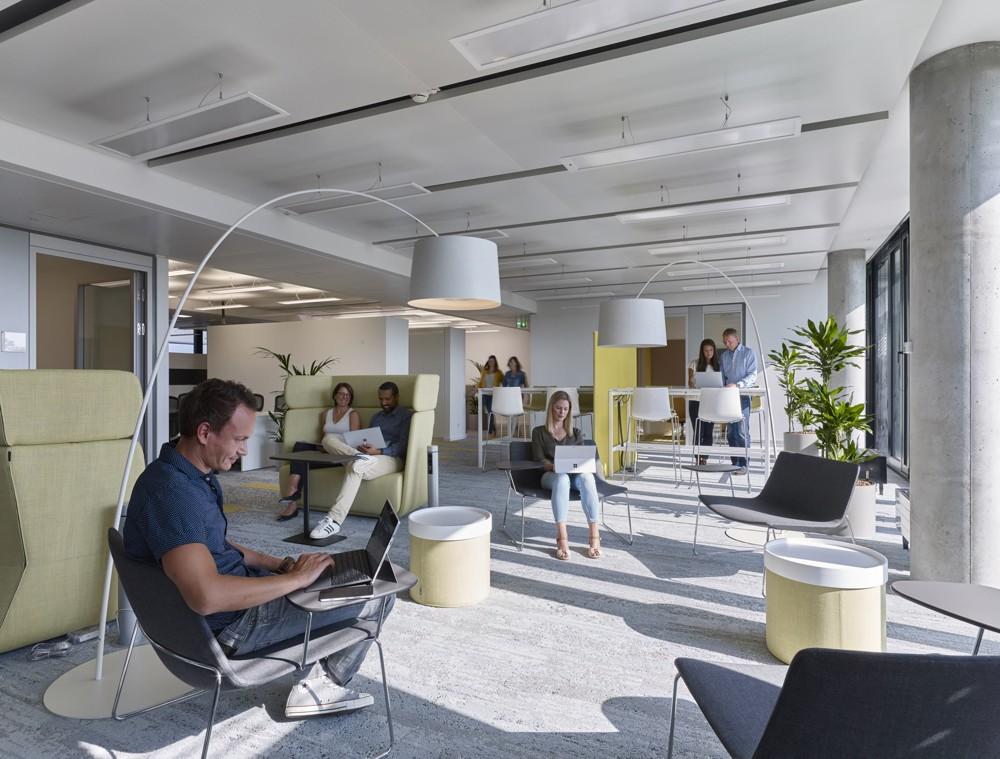 Das neue Raumkonzept löst starre Bürostrukturen auf und ist an den Anforderungen der Wissensarbeiter ausgerichtet. Foto: Microsoft