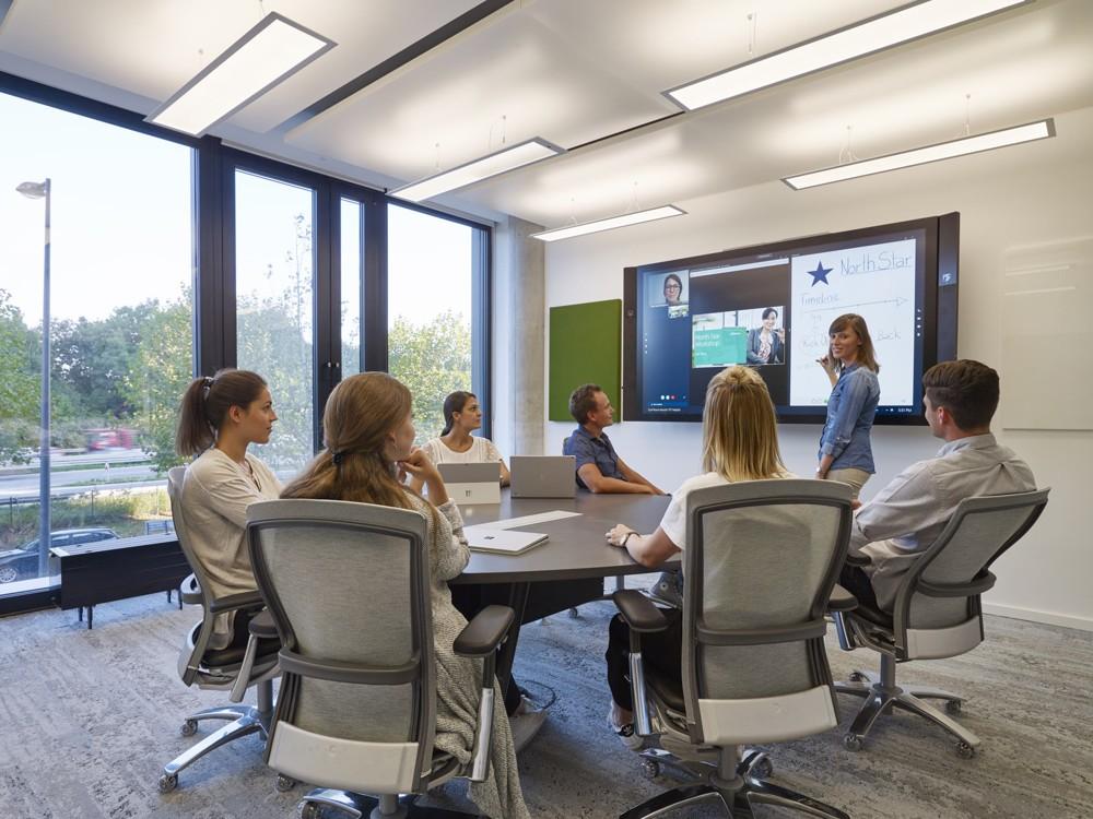 Smart Workplace: Die Meetingflächen sind mit moderner Technologie wie dem Surface Hub und Skype for Business ausgestattet. Foto: Microsoft