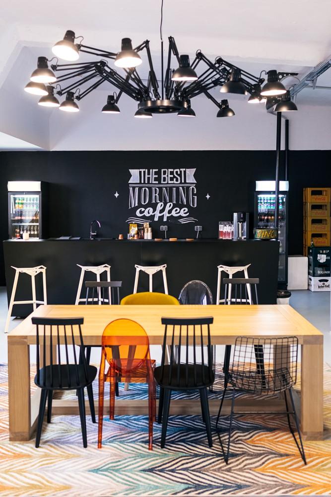 Einrichtungsbeispiel von 99chairs für eine kommunikative Kaffeeküche.