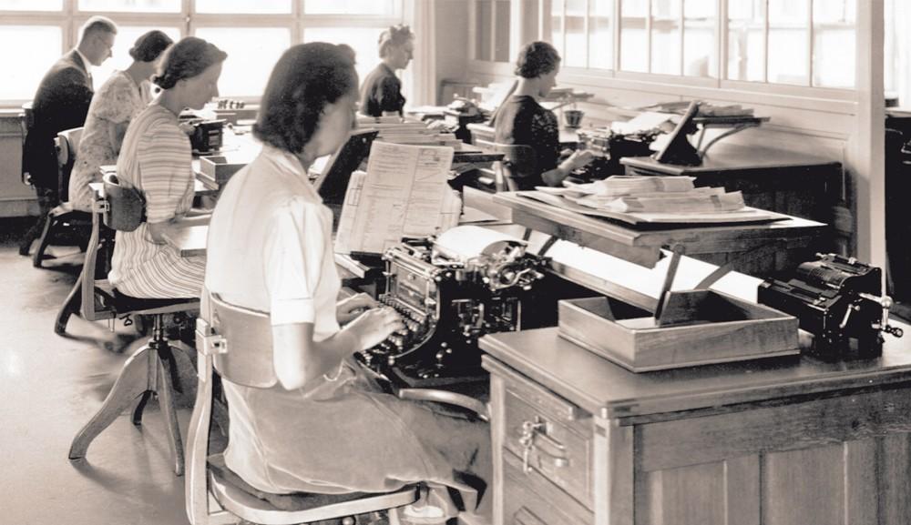 Der Federdreh im Einsatz: ein Schreibsaal im Jahre 1926.