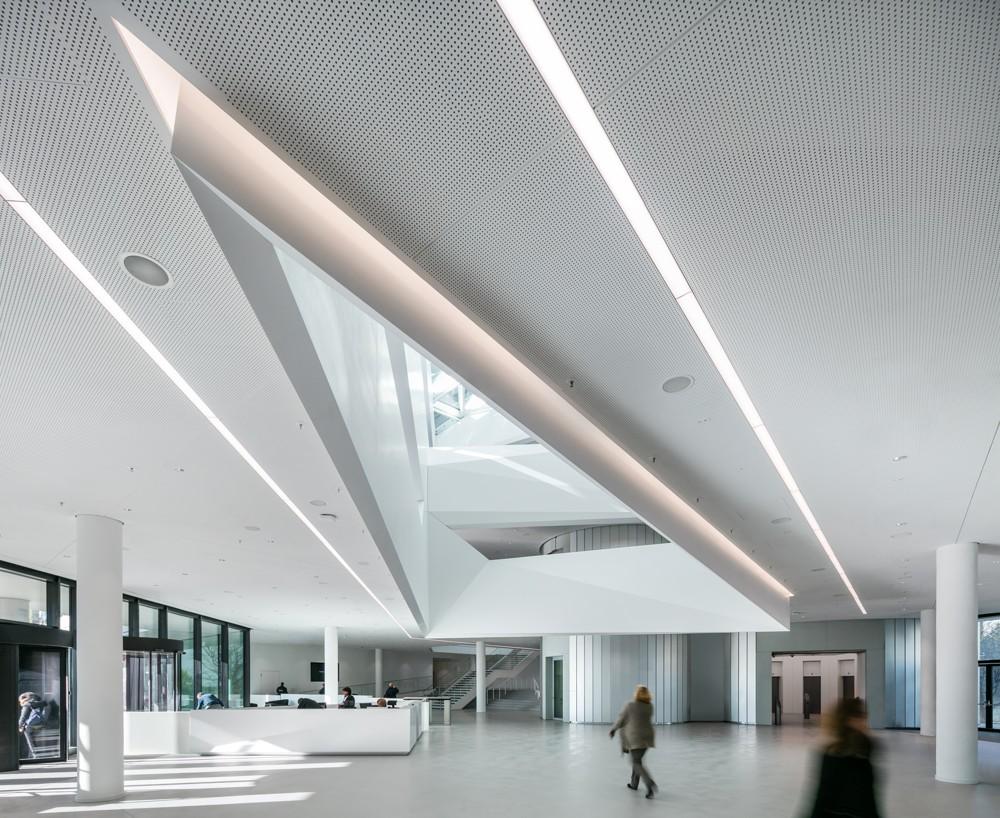 Die an einen Kristall erinnernde Skulptur im Foyer lenkt den Blick zum gläsernen Dreiecksdach. Foto: HypoVereinsbank/HGEsch