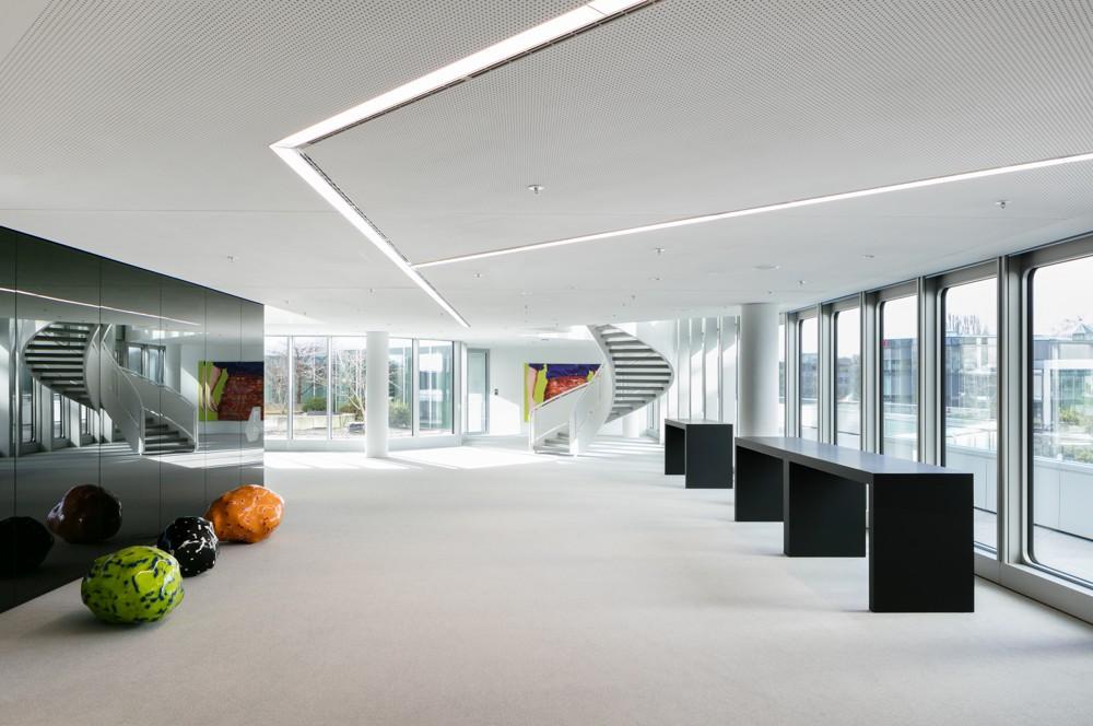 Rund 100 Kunstwerke aus der Corporate Collection der HVB haben auf den 22 Etagen ihren Platz gefunden. Foto: HypoVereinsbank/HGEsch