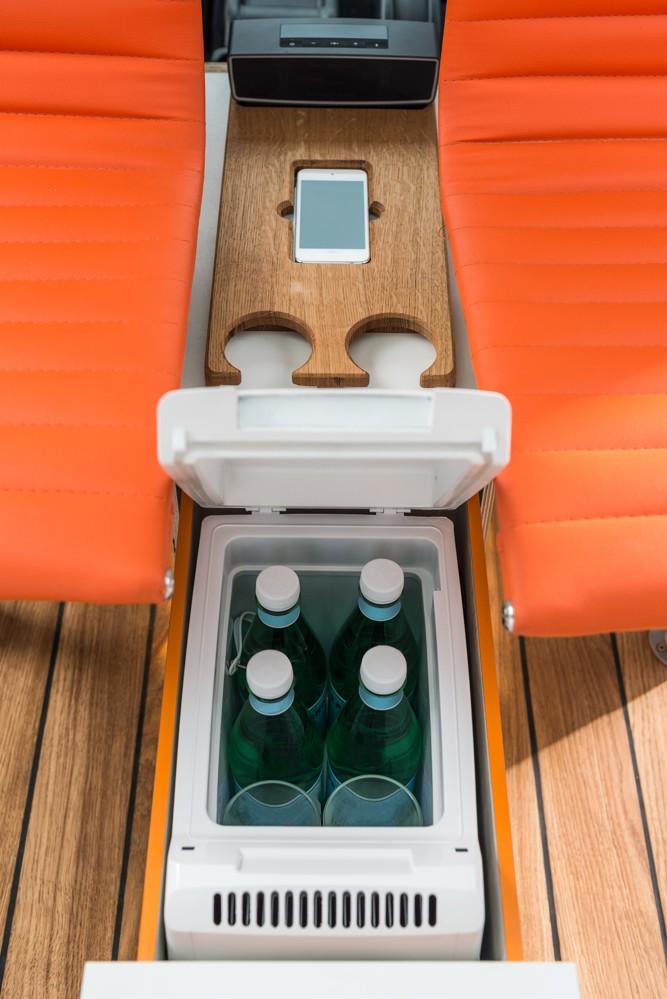 Gut gekühlt und voll geladen: Kühlschrank und Schale fürs kabellose Laden.