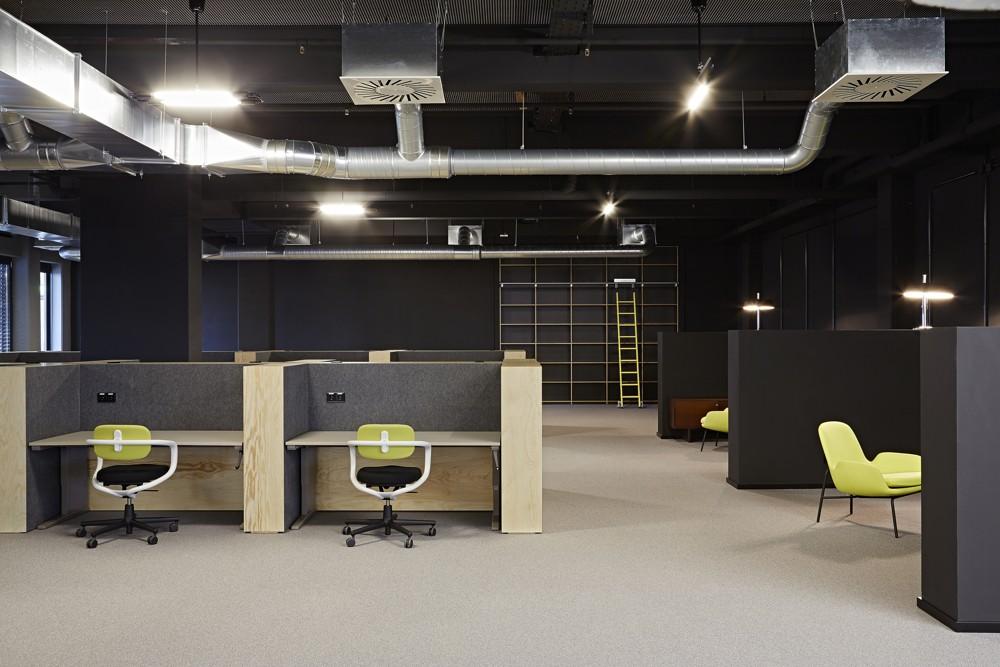 Cool und rough: Arbeitsbereich mit Sitz-Steh-Tischen. Foto: Julia Maria Max