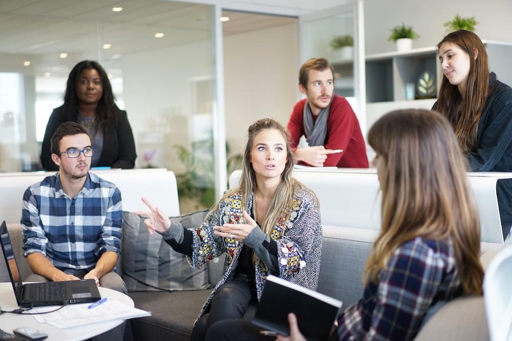 Meeting-Tipps: Es muss nicht immer der graue Konferenzraum sein. Moderne Meetingzonen schaffen eine entspannte Atmosphäre, die die Kreativität fördern kann. Foto: Pixabay