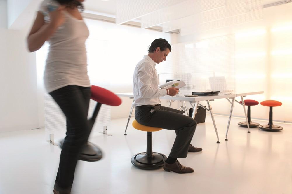 Die Firma ONGO hat sich dem aktiven Sitzen verschrieben. Als Sponsor des Forums präsentiert sie ihre gleichnamigen Sitz- und Stehhilfen.