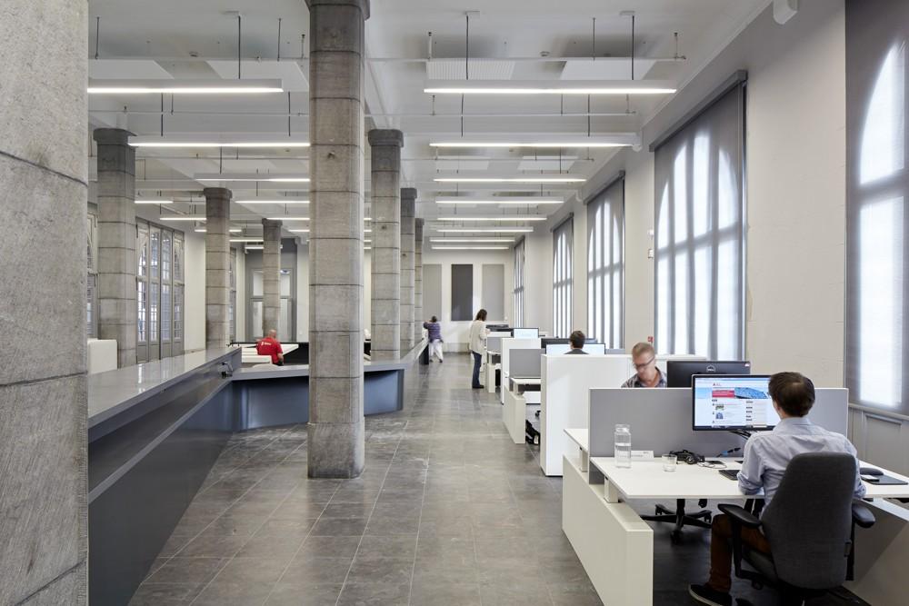 Arbeitsplätze im historischen Teil des Verwaltungsgebäudes. Foto: Hufton+Crow