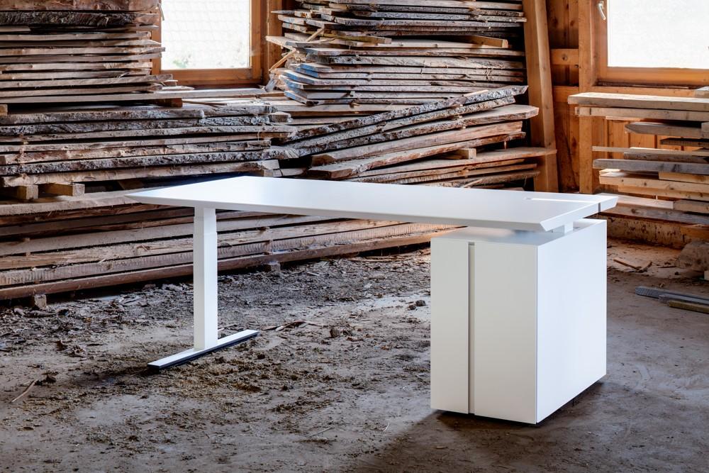 Die Hund Möbelwerke werden den Sitz-Steh-Tisch M-Move zeigen. Er punktet nicht nur in Sachen Gesundheit, sondern auch beim Design.
