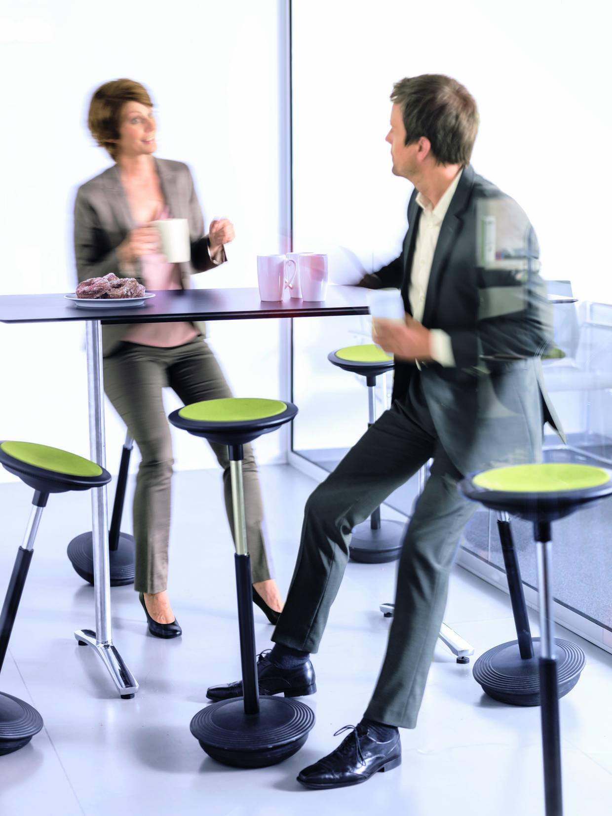 """Besprechungen im Stehen oder """"Steh-Sitzen"""" bringen Abwechslung in den Sitz-Alltag."""