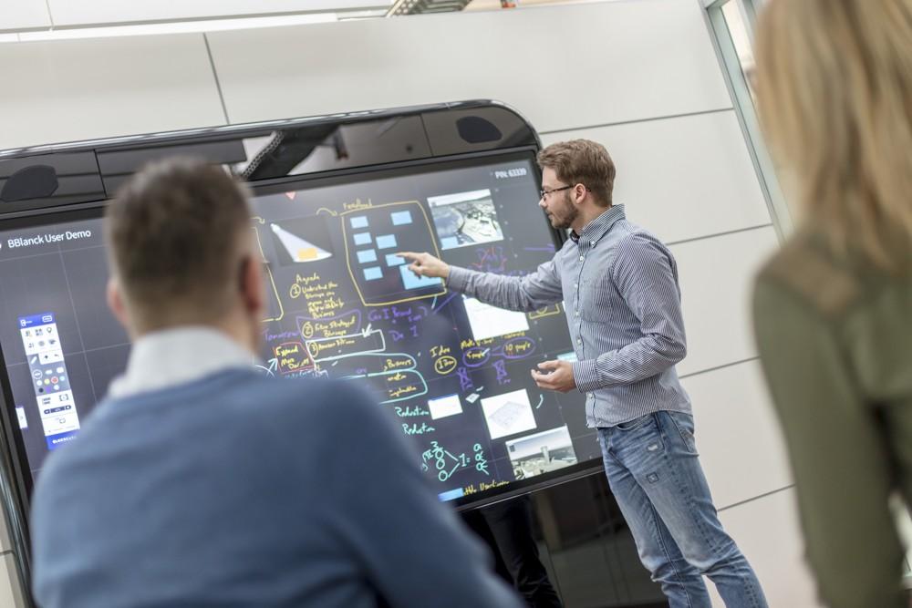 Haworth bietet für Bluescape passende Touchscreen-Hardware in Größen von 65 bis 120 Zoll.